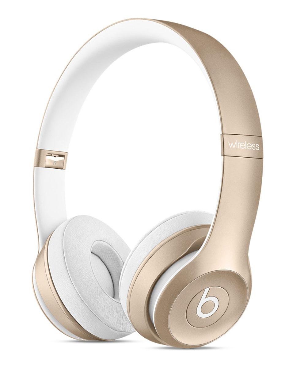 Beats Solo2 Wireless, Gold беспроводные наушникиMKLD2ZE/AБеспроводные накладные наушники Beats Solo2 Wireless теперь в золотом, серебристом цвете и цвете серый космос - идеально подходят к вашему iPhone, iPad или MacBook. Свобода без проводов Отсоедините наушники Beats Solo2 Wireless, создайте пару с вашим iPhone, iPad или iPod и слушайте музыку, свободно передвигаясь в радиусе 9 метров от устройства. Принимайте звонки с помощью встроенного микрофона и регулируйте звук, используя элементы управления на чашке наушников и даже не касаясь своего iPhone. Аккумулятор может работать без подзарядки до 12 часов, позволяя забыть о проводах на целый день. О низком уровне заряда сообщит светодиодный индикатор на наушниках. Точно настроенная акустика Погрузитесь в звучание, чтобы полностью ощутить музыкальные эмоции. Наушники Solo2 Wireless отличаются широким, динамичным диапазоном и естественной чёткостью звучания. Мягкие накладки на чашки наушников заглушают внешний шум, максимально приближая вас к...