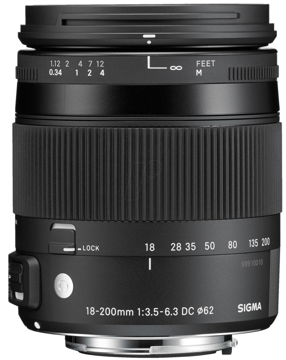 Sigma AF 18-200mm F/3.5-6.3 DC MACRO OS HSM/C, Black объектив для Nikon885955Объектив Sigma AF 18-200mm F/3.5-6.3 DC MACRO OS HSM/C с переменным фокусным расстоянием разработан для цифровых зеркальных фотокамер. Корпус из высококачественных материалов имеет легкий вес и небольшие размеры, благодаря чему его легко транспортировать и он чрезвычайно удобен для работы. Два элемента из низкодисперсионного стекла (SLD, Special Low Dispersion) и две гибридные асферические линзы в конструкции объектива уменьшают искажения и аберрации. Система оптической стабилизации позволит не прибегать к помощи штатива и фотографировать объекты в любом удобном для вас месте, не нося с собой громоздкое оборудование. Изображения всегда будут получаться четкими и резкими. Для быстрой и бесшумной автофокусировки при макросъемке и съемки видео объектив оборудован ультразвуковым мотором.
