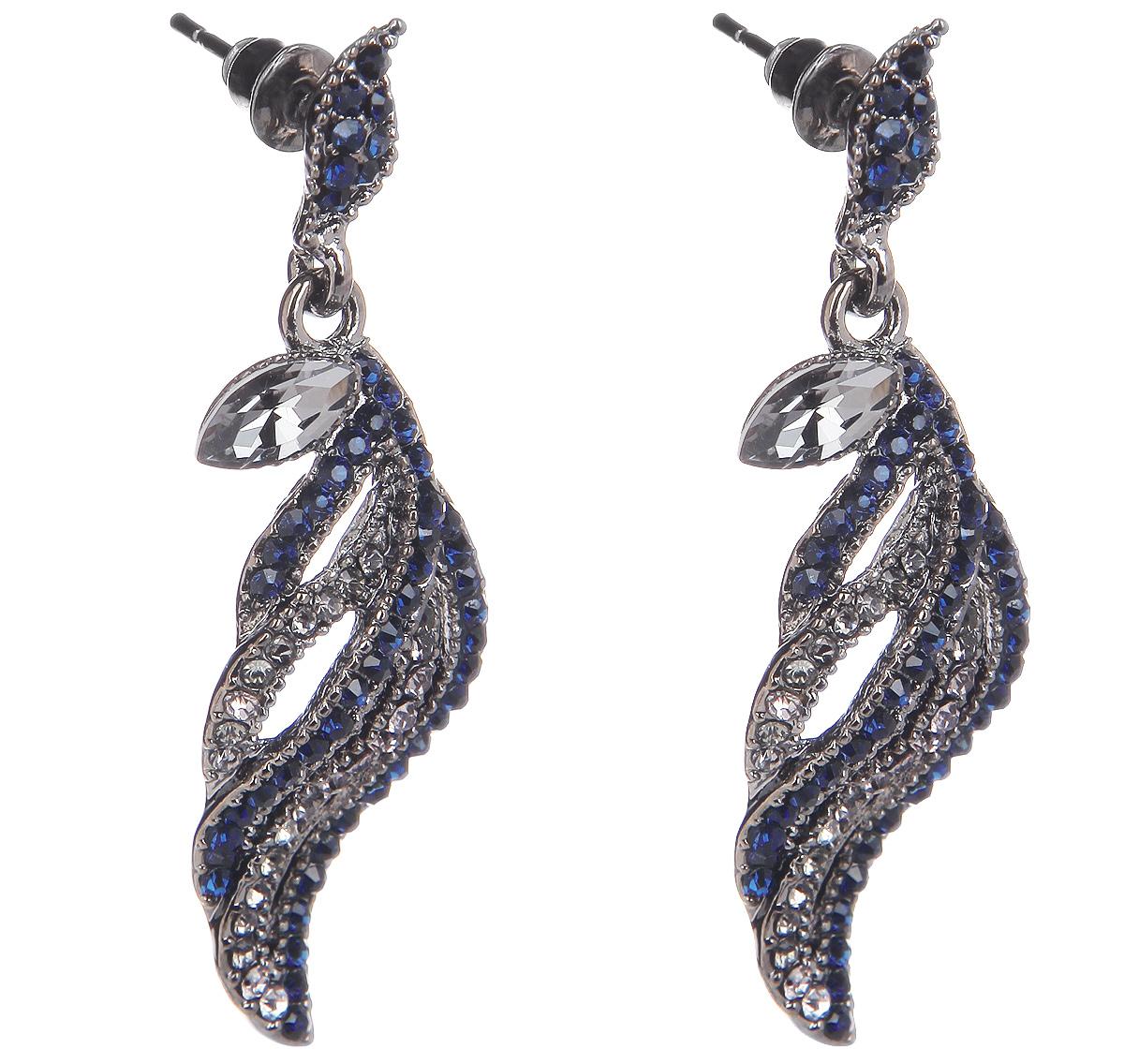 Серьги Fashion House, цвет: серебряный, синий. FH32230FH32230Оригинальные серьги Fashion House, выполненные из металла с серебристым покрытием в виде фигур оригинальной формы, украшены стразами синего и серебристого цветов. Серьги застегиваются на металлические заглушки. Изящные серьги придадут вашему образу изюминку, подчеркнут красоту и изящество вечернего платья или преобразят повседневный наряд. Такие серьги позволит вам с легкостью воплотить самую смелую фантазию и создать собственный, неповторимый образ.