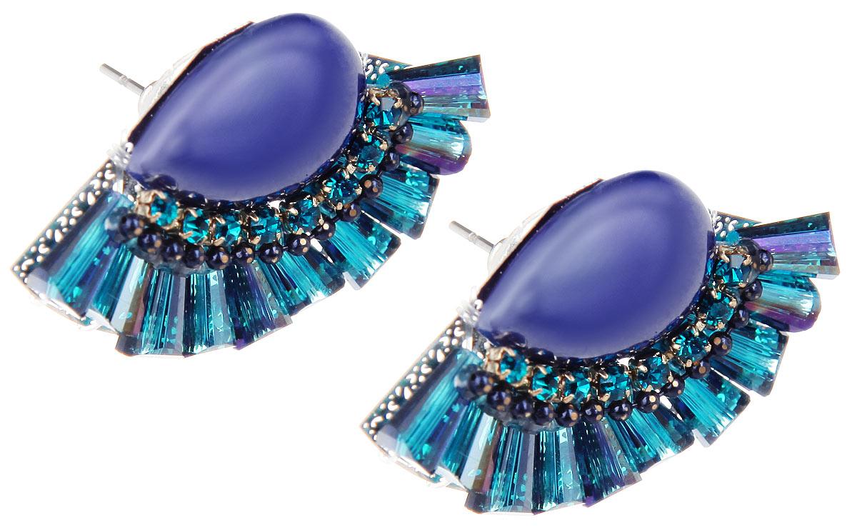 Серьги Fashion House, цвет: серебристый, синий, фиолетовый. FH32049FH32049Оригинальные серьги Fashion House, выполненные из металла с серебристым покрытием оригинальной формы, дополненного большим камнем из пластика фиолетового цвета, стеклярусом и стразами. Серьги застегиваются на замок-гвоздик. Изящные серьги придадут вашему образу изюминку, подчеркнут красоту и изящество вечернего платья или преобразят повседневный наряд. Такие серьги позволит вам с легкостью воплотить самую смелую фантазию и создать собственный, неповторимый образ.