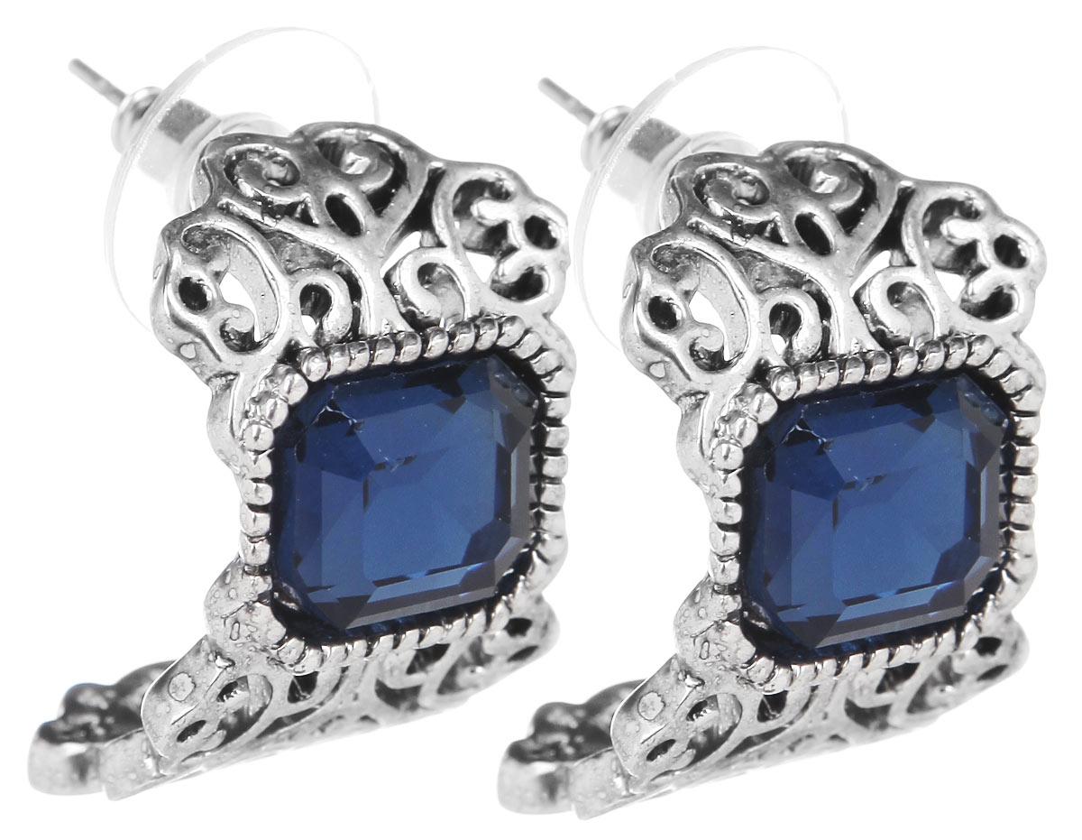 Серьги Fashion House, цвет: серебряный, синий. FH32041FH32041Оригинальные серьги Fashion House, выполненные из металла с серебристым покрытием в виде причудливого узора, инкрустированной вставкой из камня под сапфир. Серьги застегиваются на металлические заглушки с пластиковой окантовкой. Изящные серьги придадут вашему образу изюминку, подчеркнут красоту и изящество вечернего платья или преобразят повседневный наряд. Такие серьги позволит вам с легкостью воплотить самую смелую фантазию и создать собственный, неповторимый образ.