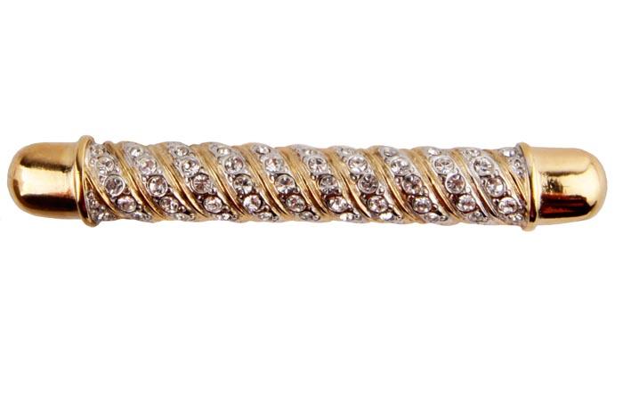 Брошь Шарм от Sphinx. Бижутерный сплав золотого тона, кристаллы. Sphinx, Великобритания, конец ХХ векаОС23618Брошь Шарм от Sphinx. Бижутерный сплав золотого тона, кристаллы. Sphinx, Великобритания, конец ХХ века. Размер броши 7 х 1 см. Сохранность хорошая. Клеймо Sphinx в овальном картуше на изнаночной стороне броши. Необыкновенной красоты брошь! Выполнена брошь из высококачественного ювелирного сплава под золото. Изделие инкрустировано целой россыпью прозрачных кристаллов. Поистине, как классика никогда не выходит из моды, так и эта брошь будет служить вам украшением многие годы.