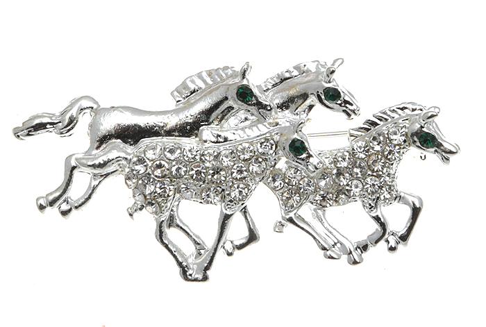 Брошь Четверка лошадей. Бижутерный сплав, стразы. Сингапур, конец ХХ векаОС23523Винтажная брошь Четверка лошадей. Бижутерный сплав , стразы Сингапур, конец ХХ века. Сохранность хорошая. Размер:5 х 2,5 см. Красивейшая четверка благородных животных выполнена из бижутерного сплава серебристого оттенка и украшена прозрачными кристаллами. Глазки лошадей - кристаллы зеленого цвета. Это придает изделию особый неповторимый шарм и очарование.