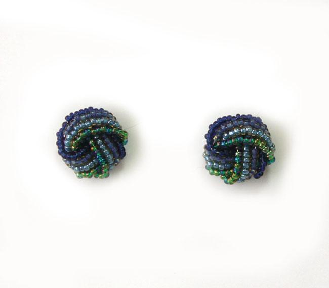 Серьги Bohemia Style, цвет: изумрудный, синий. 374 0111 03374 0111 03Стильные серьги Bohemia Style выполнены из ювелирного сплава и дополнены чешским стеклянным бисером. Цветное стекло для производства украшений изготавливается по особой технологии, материал поддается огранке и полностью имитирует природные камни. Изделие застегивается на замок-гвоздик, который дополнен фиксаторами из пластика и метала. Оригинальные серьги Bohemia Style придадут вашему образу изюминку, подчеркнут красоту и изящество вечернего платья или преобразят повседневный наряд.