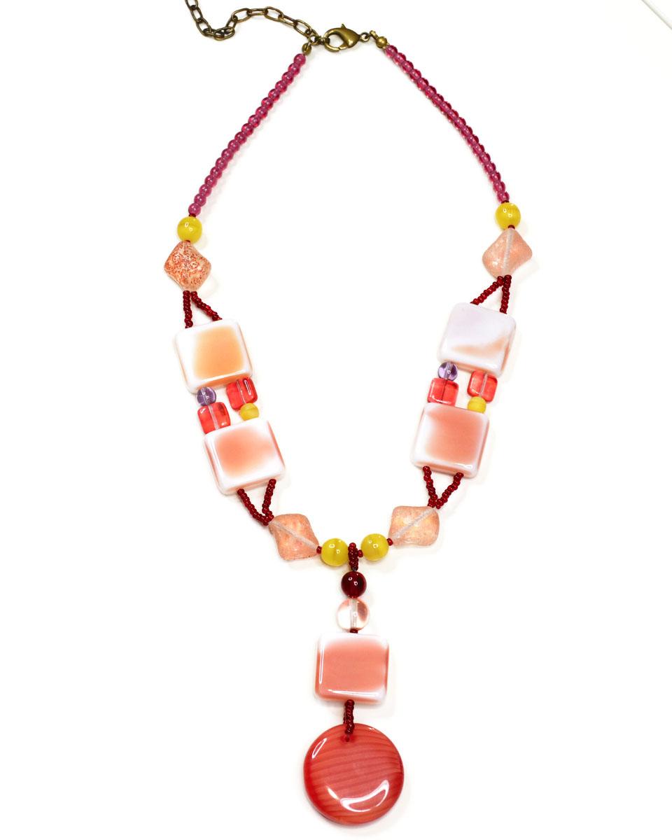 Колье Bohemia Style, цвет: розовый, коралловый. BW1218 7813 95BW1218 7813 95Стильное колье Bohemia Style выполнено из ювелирного сплава и цветного богемского хрусталя. Хрустальные бусины завораживают переливами, а также интересными формами. Цветное стекло для производства украшений изготавливается по особой технологии, поддается огранке и полностью имитирует природные камни. Колье застегивается на замок-карабин, длина регулируется за счет дополнительных звеньев цепочки. Изящное колье Bohemia Style придаст вашему образу изюминку, подчеркнет красоту и изящество вечернего платья или преобразит повседневный наряд.