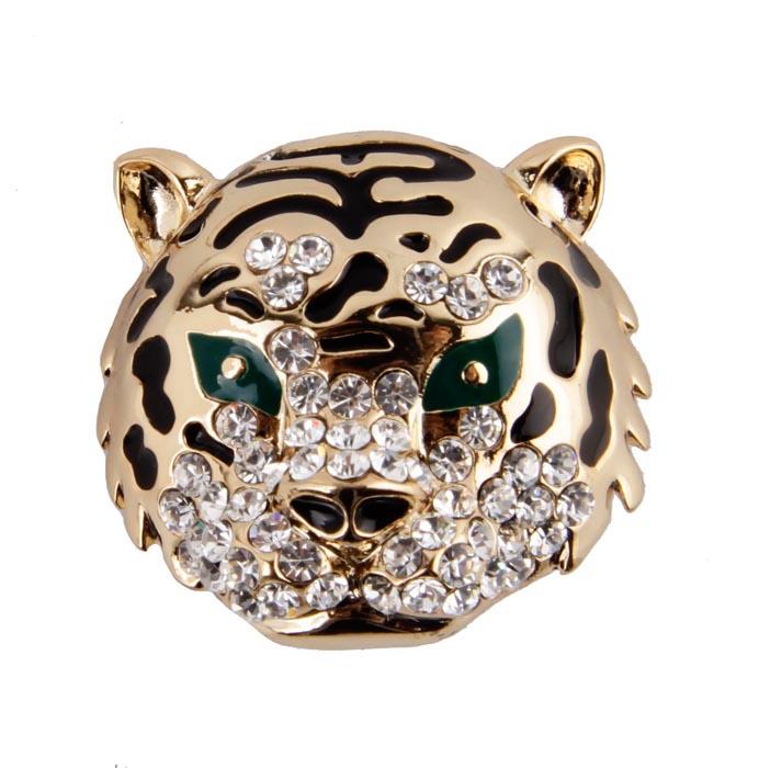 Брошь Голова тигра. Бижутерный сплав, кристаллы, эмаль. Гонконг, конец XX векаОС23820Брошь Голова тигра. Бижутерный сплав, кристаллы, эмаль. Гонконг, конец XX века. Размеры 2,5 х 2, 5 см. Сохранность хорошая. Интересная брошь выполненная в виде головы тигра. Аксессуар сделан из бижутерного сплава золотого оттенка с добавлением эмали черного цвета. Инкрустирован целой россыпью прозрачных кристаллов. Эта забавная брошь станет оригинальным украшением для ярких индивидуальностей. Отличный повседневный аксессуар.