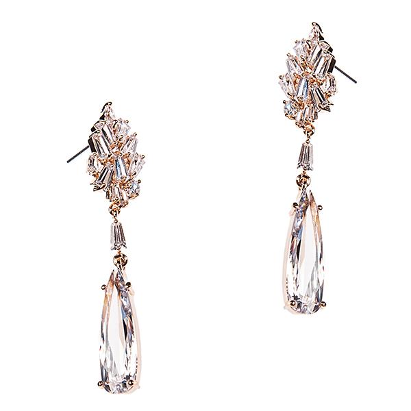Серьги Selena Diamond, цвет: золотистый. 2007725020077250Великолепные серьги Selena из коллекции Diamond выполнены из ювелирного сплава с золотистым покрытием. Изделия оформлены сверкающими циркона. Серьги застегиваются на замок-гвоздик с металлическими заглушками. Такие серьги блестяще подчеркнет изысканный вкус, женственность и красоту своей обладательницы и поможет внести разнообразие в повседневный образ.
