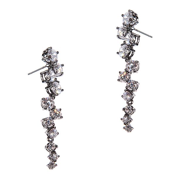 Серьги Selena Diamond, цвет: белый, темное серебро. 2007755020077550Элегантные серьги от Selena Diamond, выполненные из металла с родиевым покрытием, украшены драгоценным камнем - цирконом. Серьги-подвески застегиваются на замок-гвоздик с металлической задвижкой, которая обеспечивает надежное удержание серьги. Такие серьги позволят вам с легкостью воплотить самую смелую фантазию и создать собственный, неповторимый образ.