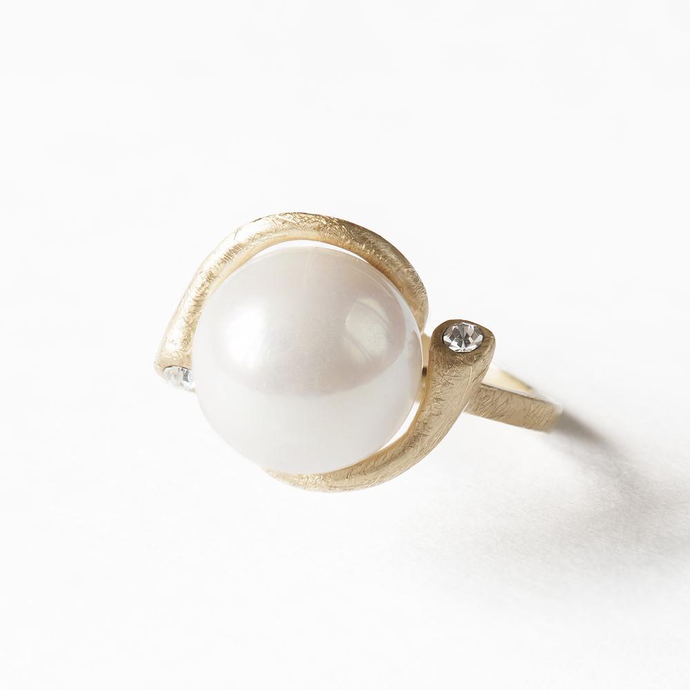 Кольцо Selena Afrodita, цвет: золотой, белый. Размер 8. 6002202860022028Стильное кольцо Selena Afrodita выполнено из бижутерийного сплава с гальваническим покрытием из золота. Кольцо оформлено искусственной жемчужиной и кристаллами Preciosa. Оригинальное кольцо придаст вашему образу изюминку, подчеркнет индивидуальность.