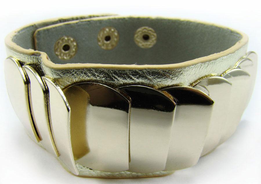 Браслет Taya, цвет: золотой. T-B-7924T-B-7924-BRAC-GOLDОригинальный браслет Taya выполнен в виде основы из натуральной кожи с зернистой фактурой, которая оформлена оригинальными элементами из металлического сплава. Изделие застегивается на кнопки, длина регулируется за счет дополнительных кнопок. Стильный браслет придаст вашему образу изюминку, подчеркнет красоту и изящество вечернего платья или преобразит повседневный наряд.