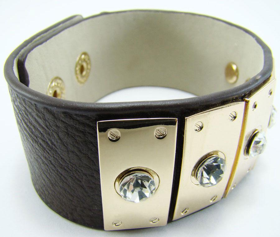 Браслет Taya, цвет: коричневый. T-B-7933T-B-7933-BRAC-D.BROWNОригинальный браслет Taya выполнен в виде основы из натуральной кожи с зернистой фактурой, которая оформлена фурнитурой из металлического сплава и стразами. Изделие застегивается на кнопку, длина регулируется за счет дополнительной кнопки. Стильный браслет придаст вашему образу изюминку, подчеркнет красоту и изящество вечернего платья или преобразит повседневный наряд.