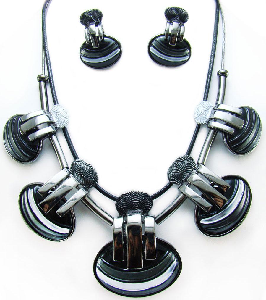 Комплект украшений Taya, цвет: черный, серый. T-B-8877T-B-8877-SET-BLACKЭлегантный комплект украшений Taya включает в себя колье и серьги, выполненные из текстиля и бижутерийного сплава. Центральная часть колье оформлена оригинальными подвесками. Колье застегивается на практичный замок-карабин, длина регулируется. Серьги, выполненные в единой стилистике с колье, застегиваются на замок-гвоздик с фиксаторами из металла и пластика. Необычный комплект украшений поможет вам создать уникальный и запоминающийся образ и позволит выделиться среди окружающих. Комплект подойдет как для вечернего образа, так и на каждый день для завершения вашего наряда.