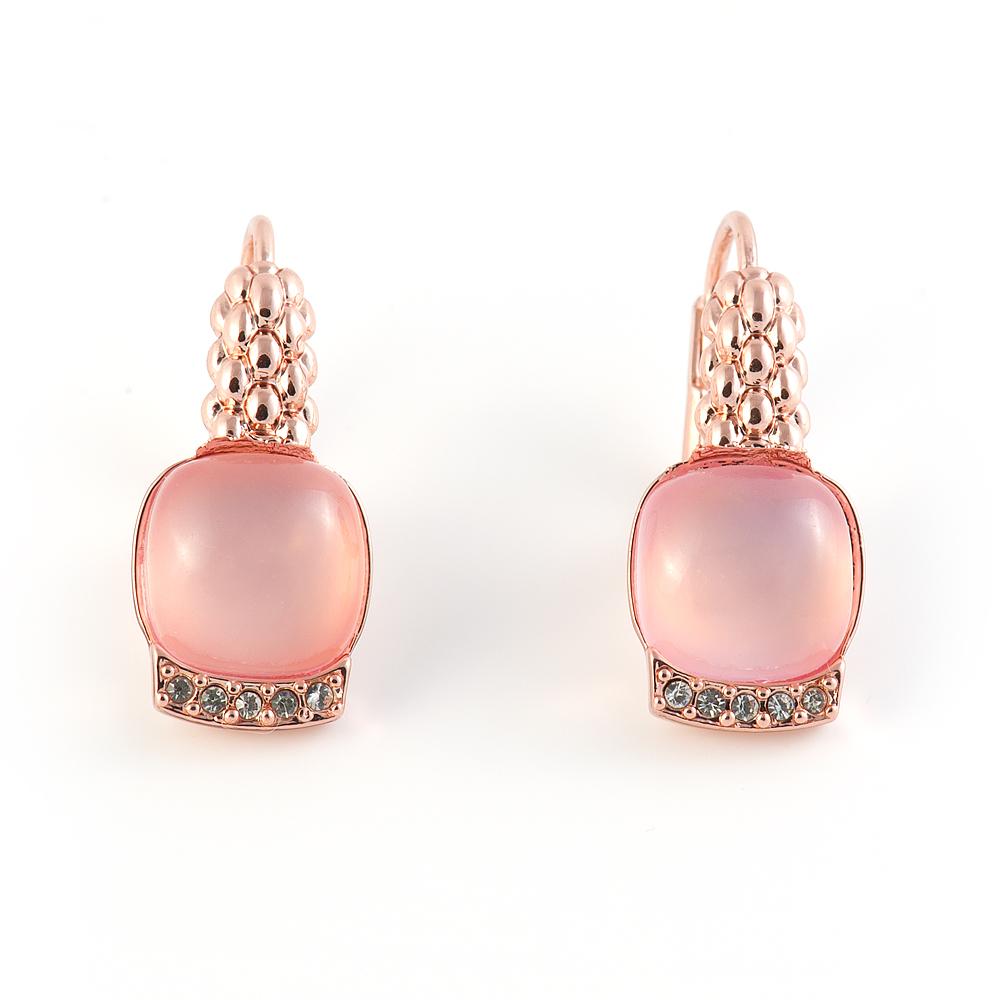 Серьги Selena Medea, цвет: золотистый, светло-розовый. 2008420020084200Великолепные серьги Selena Medea выполнены из металла с золотистым покрытием. Серьги дополнены вставками из ювелирной смолы и инкрустированы кристаллами Preciosa. Застегиваются серьги на замок-омегу. Такие серьги позволят вам с легкостью воплотить самую смелую фантазию и создать собственный, неповторимый образ.