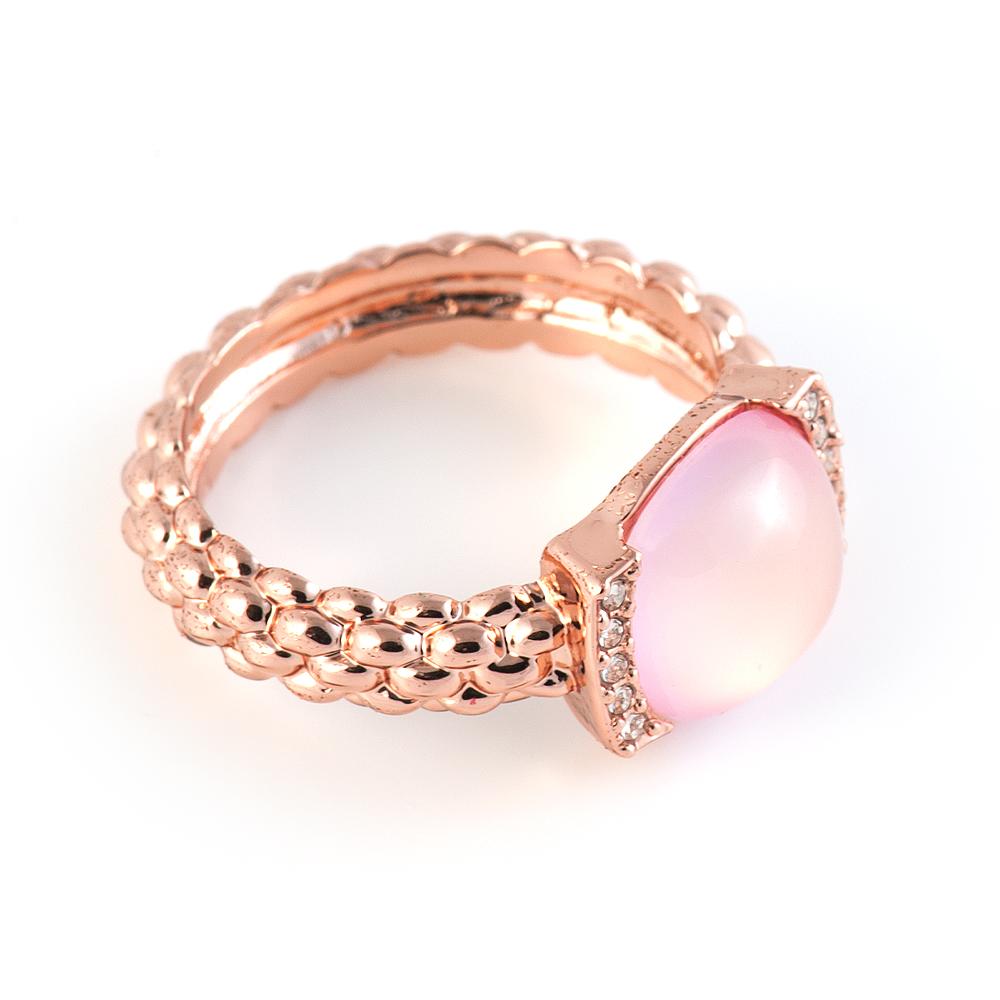 Кольцо Selena Medea, цвет: золотой, персиковый. 6002474860024748Стильное кольцо Selena Medea выполнено из ювелирного сплава гальваническим покрытием золотом, оформлено кристаллами Preciosa и вставкой из ювелирной смолы. Элегантное кольцо Selena превосходно дополнит ваш образ и подчеркнет отменное чувство стиля своей обладательницы.