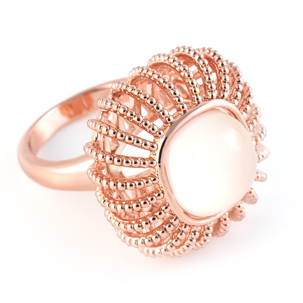 Кольцо Selena Medea, цвет: золотой, персиковый. 6002480860024808Стильное кольцо Selena Medea выполнено из ювелирного сплава с гальваническим покрытием золотом и оформлено стеклянной вставкой в виде полусферы. Оригинальная форма изделия придает ему легкость и воздушность. Элегантное кольцо Selena превосходно дополнит ваш образ и подчеркнет отменное чувство стиля своей обладательницы.