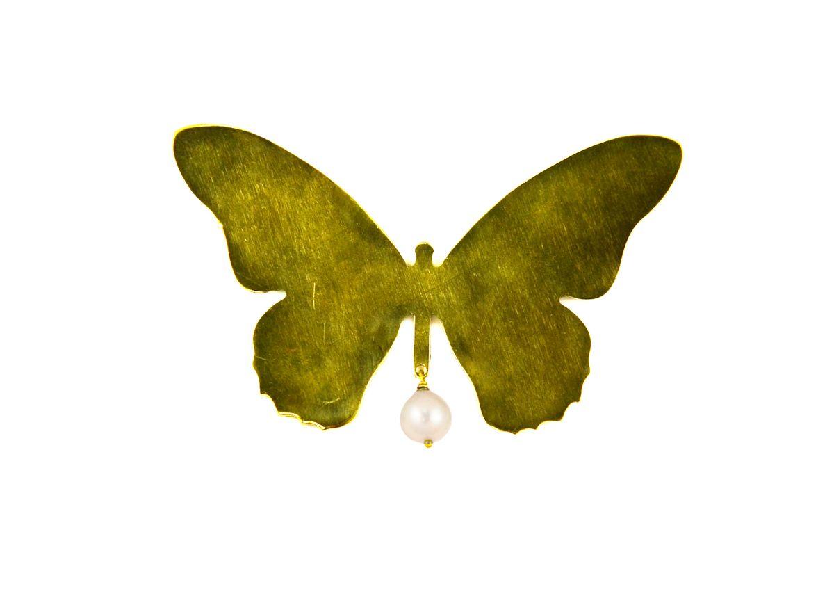 Брошь Polina Selezneva Бабочка, цвет: золотистый, белый. 027-0001027-0001Стильная брошь Polina Selezneva Бабочка выполнена в виде порхающей бабочки из ювелирного сплава на основе латуни, которая дополнена подвеской из речной жемчужины. Изделие застегивается на английскую булавку. Оригинальная брошь Polina Selezneva Бабочка придаст вашему образу изюминку, подчеркнет красоту и изящество вечернего платья или преобразит повседневный наряд.
