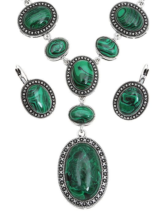 Комплект 'Хозяйка Медной горы': ожерелье и серьги. Натуральный малахит (прессованная крошка), бижутерный сплав серебряного тона. Гонконг, 2000-е гг.