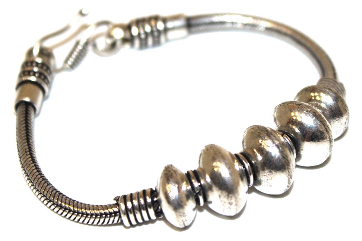 Браслет Ethnica, цвет: серебряный. 238085238085Оригинальный женский браслет Ethnica, выполненный из металлического сплава с покрытием под черненое серебро, представляет собой жгут, дополненный в центральной части декоративными бусинами. Изделие застегивается на замок-петлю. Такой оригинальный браслет не оставит равнодушной ни одну любительницу изысканных и необычных украшений, а также позволит с легкостью воплотить самую смелую фантазию и создать собственный, неповторимый образ.