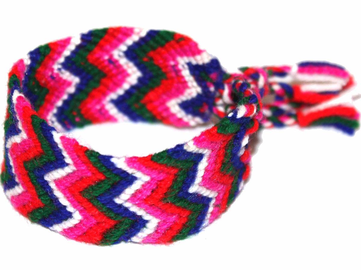 Фенечка Ethnica, цвет: белый, синий, фуксия, зеленый, красный. 15310071531007Стильный вязанный браслет-фенечка от Ethnica выполнен из текстиля ярких контрастных цветов с зигзагообразным орнаментом. Изделие завязывается на завязки с кисточками, продевающимися через две петельки. Фенечка - это браслет, который является символом дружбы и передаётся от одного друга другому. Первые фенечки появились ещё до Рождества Христова. Современные браслеты дружбы заимствованы у американских индейцев, а позже они стали атрибутикой хиппи и буддистов. У таких людей, как хиппи, которые ценят дары природы и отказываются от материальных ценностей, лучший подарок - это ручная работа. Обмен браслетами был важным ритуалом, он показывал принадлежность людей к братству хиппи. Сейчас такие браслеты могут плести представители всех культур и народов так, как в наше время фенечки символизируют очень близкие дружеские, а то и братские отношения.