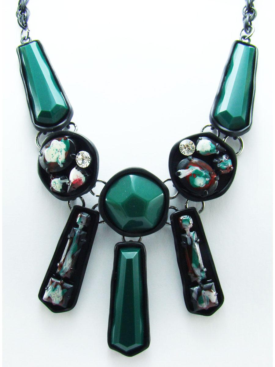 Колье Taya, цвет: зеленый, черный. T-B-7561T-B-7561Нестандартное колье Taya со вставками в выполнена из ювелирного сплава с матовой поверхностью. Основой украшения является цепь черного цвета с оригинальным завораживающим плетением. Центральная часть представляет собой сочетание различных декоративных элементов из стекла и пластика, благодаря которому, колье выглядит стильно, броско и необычно. Длина колье регулируется. Очаровательное колье модного дизайна поможет создать уникальный и запоминающийся образ.
