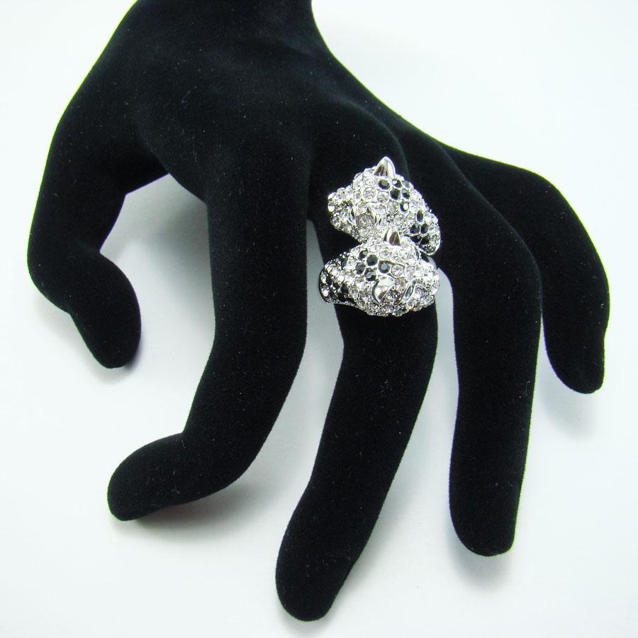 Кольцо Taya, цвет: серебристый. T-B-8106. Размер 18T-B-8106Стильное кольцо Taya выполнено в виде двух голов хищных кошек из металлического сплава, которые оформлены стразами. Оригинальное кольцо Taya превосходно дополнит ваш образ и подчеркнет отменное чувство стиля своей обладательницы.