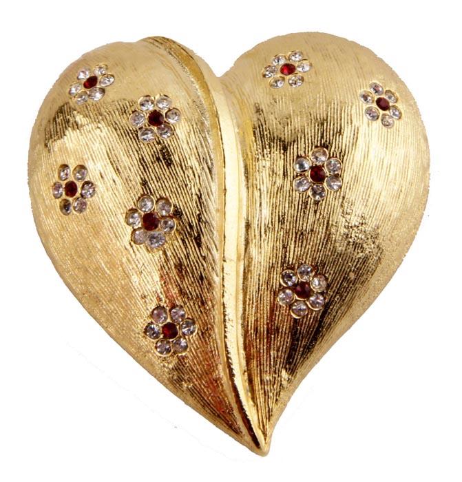 Брошь Сердце. Бижутерный сплав, стразы. Франция, конец ХХ векаk320p606Брошь Сердце. Бижутерный сплав, стразы. Франция, конец ХХ века . Размер броши 4 х 4 см. Сохранность хорошая. Брошь выполнена в форме сердца. Вся поверхность сердечка заполнена небольшими цветочками из серебристых страз. . Брошь станет стильным украшением для творческой натуры и гармонично дополнит Ваш наряд, станет завершающим штрихом в создании образа.