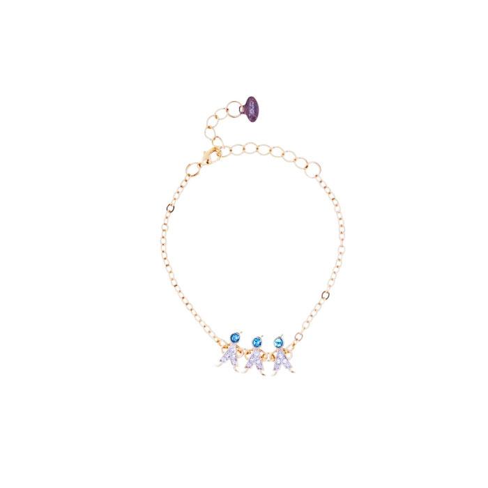 Браслет Jenavi 3М, цвет: золотой, голубой, серебряный. r983q470r983q470Очаровательный браслет Jenavi 3Д изготовлен из гипоаллергенного позолоченного ювелирного сплава с родированием. Браслет выполнен в виде изящной цепочки классического плетения, которая украшена вставкой с фигурками трех мальчиков, инкрустированных кристаллами Swarovski. Изделие застегивается на замок-карабин и оснащено цепочкой для регулирования размера. Такой браслет позволит вам быть оригинальной, изящной и создать свой неповторимый образ. Красивое и необычное украшение блестяще подчеркнет изысканный вкус, женственность и красоту своей обладательницы и поможет внести разнообразие в привычный образ.