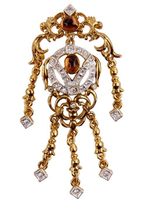 Брошь Венеция от Sphinx. Ювелирный сплав, австрийские кристаллы, стеклянный кабошон. Sphinx, Великобритания, конец ХХ векаT-B-10869-BROOCH-SILVERБрошь Венеция. Ювелирный сплав, стразы, австрийские кристаллы, стеклянный кабошон. Sphinx, Великобритания, конец ХХ века Размер броши 8,5 х 4 см. Сохранность хорошая. Необыкновенной красоты брошь! Изгибы, завитки , подвесы броши отправляют нас в эпоху балов и дуэлей. Выполнена брошь из высококачественного ювелирного сплава золотого и серебряного тона. Центральные кабошоны коричневого цвета несомненно привлекает к себе внимание. Брошь имеет серийный номер, что говорит о ее уникальности. Брошь завораживает и чарует... Поистине, как классика никогда не выходит из моды, так и эта брошь будет служить вам украшением многие годы.