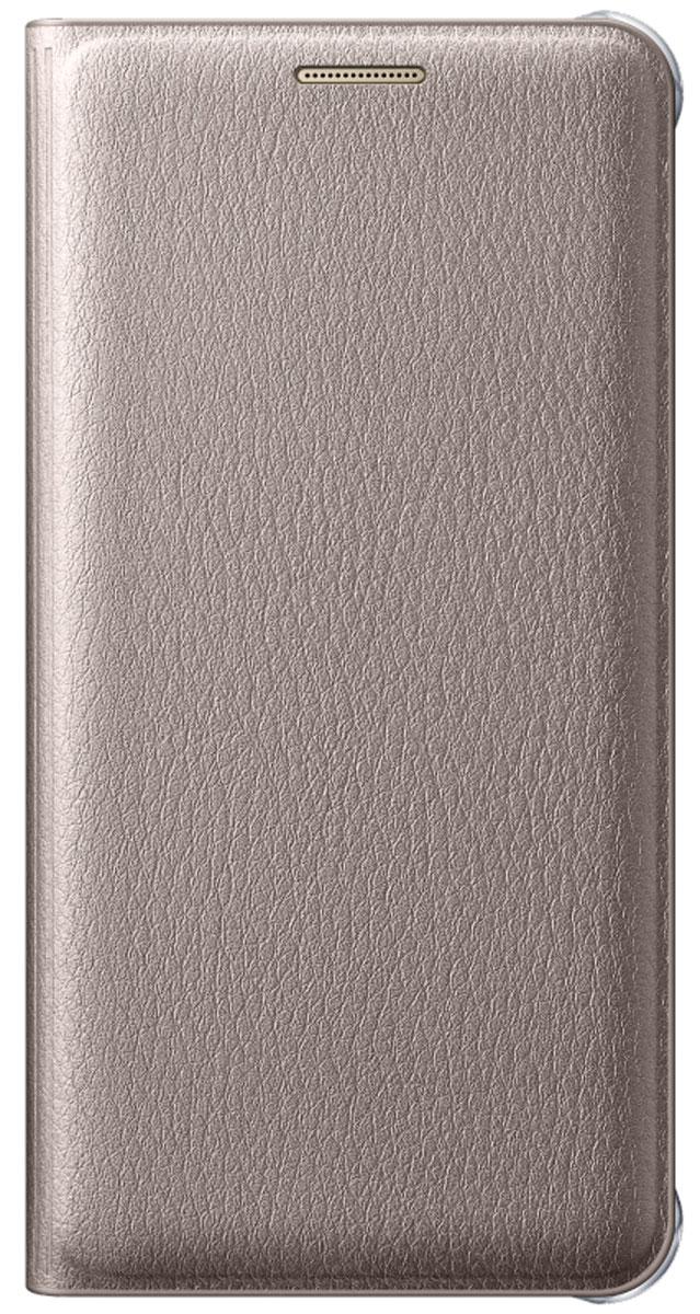 Samsung EF-WA710 FlipWallet чехол для Galaxy A7, GoldEF-WA710PFEGRUЧехол-книжка Samsung Flip Wallet подходит для модели смартфона Samsung Galaxy A7 (SM-A710F). В отличие от простых накладок он защищает не только боковые грани и заднюю стенку смартфона, но и экран от пыли, царапин и потертостей. Он выполнен из полиуретана и плотно прилегает к корпусу девайса. Изящный чехол в минималистичном стиле станет отличным подарком для практичных людей. В специальном кармашке внутри чехла можно хранить визитки, кредитные карты или денежные купюры. Тонкие стенки аксессуара практически не увеличивают габаритов Samsung Galaxy A7. При пользовании смартфона доступы ко всем портам и камере остаются открытыми.