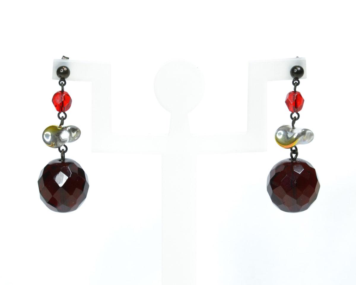 Серьги Bohemia Style, цвет: рубиновый, красный. BW1248 7298 97BW1248 7298 97 серьгиОчаровательные серьги Bohemia Style придадут вашему образу изюминку. Серьги оформлены подвесками в виде сочетания бусин различной формы и размера. Изделие застегивается на замок-гвоздик. Изящные серьги подчеркнут красоту вечернего платья или преобразят повседневный наряд. Непререкаемое качество, тщательность исполнения, гипоаллергенные материалы, золотое, серебряное и родиевое покрытие металлических элементов изделий выгодно отличают продукцию Bohemia Style от основной массы продукции, представленной на рынке. Цветное стекло для производства украшений изготавливается по особой технологии, поддается огранке и полностью имитирует природные камни: опал, малахит, янтарь, яшму, лазурит.