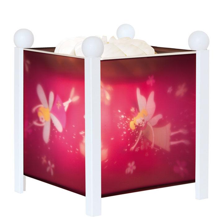 Trousselier Светильник-ночник Magic Lantern Fairy Princess цвет белый4312W 12VНочники Trousselier - идеальный аксессуар для детской комнаты. Нежный свет и красочные картинки создадут атмосферу уюта, успокоят и убаюкают кроху. Вы можете подобрать картинку, а также музыкальную подставку с подзаводом (опция). Классический ночник с вращающейся картинкой. Цилиндр ночника вращается благодаря системе нагрева от лампочки 12 V 20 W, розетка E 14.C. Размер: 16,50 см x 19 см. Материал: металлический корпус, деревянные ножки и углы, пластиковый, жароустойчивый цилиндр. Поставляется в подарочной упаковке. Соответствует нормам безопасности: CE EN 60598-2-10