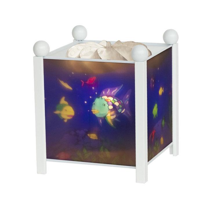 Trousselier Светильник-ночник Magic Lantern Rainbow Fish цвет белый4366W 12VНочники Trousselier - идеальный аксессуар для детской комнаты. Нежный свет и красочные картинки создадут атмосферу уюта, успокоят и убаюкают кроху. Вы можете подобрать картинку, а также музыкальную подставку с подзаводом (опция). Классический ночник с вращающейся картинкой. Цилиндр ночника вращается благодаря системе нагрева от лампочки 12 V 20 W, розетка E 14.C. Размер: 16,50 см x 19 см. Материал: металлический корпус, деревянные ножки и углы, пластиковый, жароустойчивый цилиндр. Поставляется в подарочной упаковке. Соответствует нормам безопасности: CE EN 60598-2-10