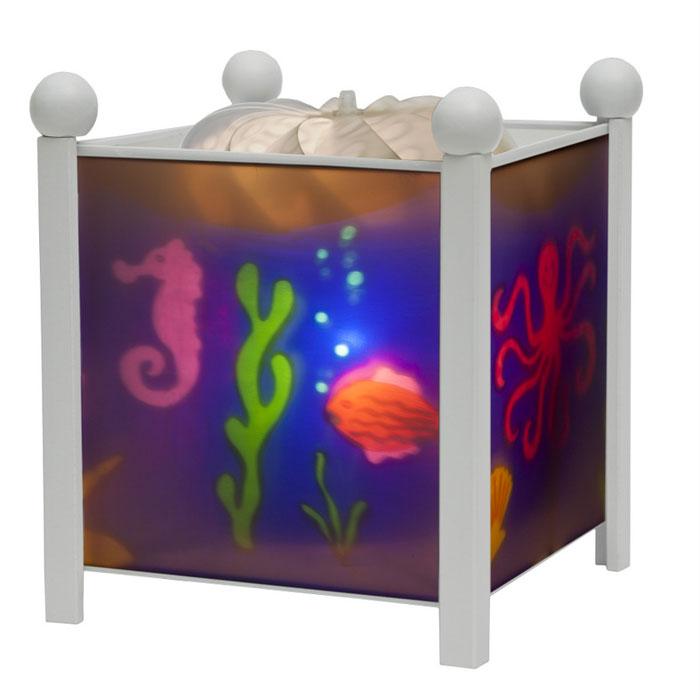 Trousselier Светильник-ночник Magic Lantern Sea цвет белый4352W 12VНочники Trousselier - идеальный аксессуар для детской комнаты. Нежный свет и красочные картинки создадут атмосферу уюта, успокоят и убаюкают кроху. Вы можете подобрать картинку, а также музыкальную подставку с подзаводом (опция). Классический ночник с вращающейся картинкой. Цилиндр ночника вращается благодаря системе нагрева от лампочки 12 V 20 W, розетка E 14.C. Размер: 16,50 см x 19 см. Материал: металлический корпус, деревянные ножки и углы, пластиковый, жароустойчивый цилиндр. Поставляется в подарочной упаковке. Соответствует нормам безопасности: CE EN 60598-2-10
