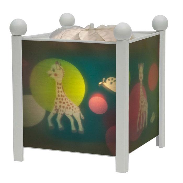 Trousselier Светильник-ночник Magic Lantern Sophie the giraffe цвет белый4362W 12VНочники Trousselier - идеальный аксессуар для детской комнаты. Нежный свет и красочные картинки создадут атмосферу уюта, успокоят и убаюкают кроху. Вы можете подобрать картинку, а также музыкальную подставку с подзаводом (опция). Классический ночник с вращающейся картинкой. Цилиндр ночника вращается благодаря системе нагрева от лампочки 12 V 20 W, розетка E 14.C. Размер: 16,50 см x 19 см. Материал: металлический корпус, деревянные ножки и углы, пластиковый, жароустойчивый цилиндр. Поставляется в подарочной упаковке. Соответствует нормам безопасности: CE EN 60598-2-10