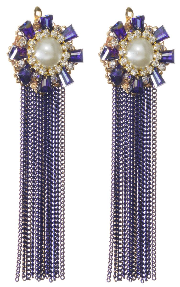 Серьги Fashion House, цвет: золотой, синий, белый. FH32706FH32706Элегантные серьги Fashion House изготовлены из металлического сплава, оформлены декоративным элементом с искусственным жемчугом, стразами и гранеными бусинами, а также дополнены подвесками из мелких цепочек. В качестве основания изделия используется английский замок, который надежно зафиксирует сережку. Стильные серьги помогут дополнить любой образ и привнести в него завершающий яркий штрих.