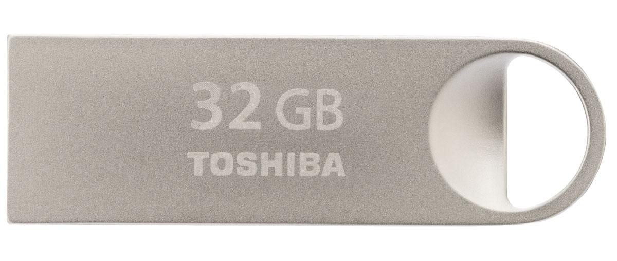Toshiba Mini-Metal 32Gb, Silver USB-накопительTHN-U401S0320E4С накопителем Toshiba Mini-Metal ваша мультимедийная коллекция всегда с вами, куда бы вы не шли. Благодаря предусмотренному дизайном отверстию для ремешка и весу всего в 1 г вы сможете с легкостью прикрепить мини- накопитель USB к цепочке для ключей. Элегантный удароустойчивый и пыленепроницаемый корпус стильного USB-накопителя выполнен из высококачественного металла премиум-класса. Мини-накопитель USB 2.0 имеет стандартный разъем типа A шириной 12 мм и высотой 4,5 мм. Совместим со всеми портами USB 2.0, которыми оснащены все ПК. Передача данных может осуществляться в обоих направлениях.