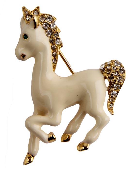 Брошь Белая лошадка. Бижутерный сплав, кристаллы, эмаль. Франция, конец ХХ векаk320p606Брошь Белая лошадка. Бижутерный сплав, кристаллы, эмаль. Франция, конец ХХ века. Размер броши 3,5 х 4,5 см. Сохранность хорошая. Прекрасного качества брошь! На обороте брошь имеет клеймо с серийным номером, что говорит об ее эксклюзивности и лимитированности. Выполнена из бижутерного сплава золотого оттенка. Украшена прекрасного качества бежевыми эмалями. Кристаллы, словно бриллианты, переливаются под лучами падающего на них света. Изделия такого дизайна прекрасно подойдут как к дневному наряду, так и к вечернему.