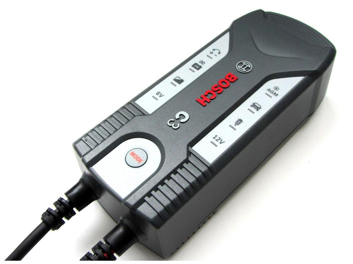 Устройство зарядное Bosch C3018999903МУстройство Bosch C3 сконструировано для заряда открытых и множества закрытых свинцово-кислотных аккумуляторов, которые используются в легковых автомобилях, мотоциклах и некоторых других транспортных средствах. Емкость аккумулятора при этом составляет от 6 В (1,2 Ач) до 6 В (14 Ач) или от 12 В (1,2 Ач) до 12 В (12 Ач). Специальная концепция устройства обеспечивает повторный заряд аккумулятора почти на 100% его емкости. Зарядное устройство имеет в общей сложности 4 режима заряда для различных аккумуляторов в различных состояниях. Благодаря этому обеспечивается эффективный и надежный заряд. Высокоэффективные защитные меры, предотвращающие неправильное использование и возникновение короткого замыкания, обеспечивают безопасную работу. Благодаря интегрированной схеме зарядное устройство начинает заряд лишь через несколько секунд после выбора режима заряда. За счет этого предотвращаются искры, часто возникающие во время подключения. Кроме того, управление зарядным...