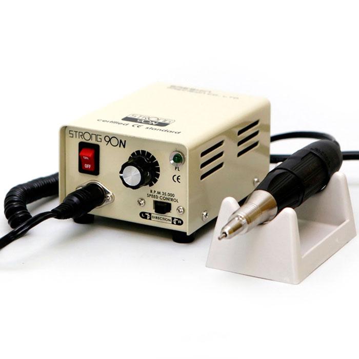 Saeshin Strong 90N/102 аппарат для маникюра и педикюра (без педали с сумкой)769Компактный аппарат для проведения процедур маникюра, педикюра и наращивания ногтей Saeshin Strong 90N/102 имеет надежный зажим, который позволяет оперативно поменять фрезу и гарантирует возможность ее поворота. Мощность аппарата в 64 Ватта и скорость вращения 35000 оборотов в минуту позволяет использовать его для маникюра и педикюра. Наконечник Strong имеет специальный воздухозаборник для охлаждения микромотора. Ручка не нагревается, электромотор может работать в несколько смен без остановки. Конструкция микромотора включает 4 подшипника, не допускающих вибрации фрезы при обработке поверхности ногтевой пластины. Обработанная поверхность становится идеально ровной! Saeshin Strong 90N/102 обладает возможностью вращения в обе стороны, что позволяет использовать фрезы с реверсивной насечкой. Аппарат имеет встроенную функцию отключения при перегрузке, защищающей устройство от выхода из строя. Конструкция маникюрного аппарата и наконечника Saeshin Strong...