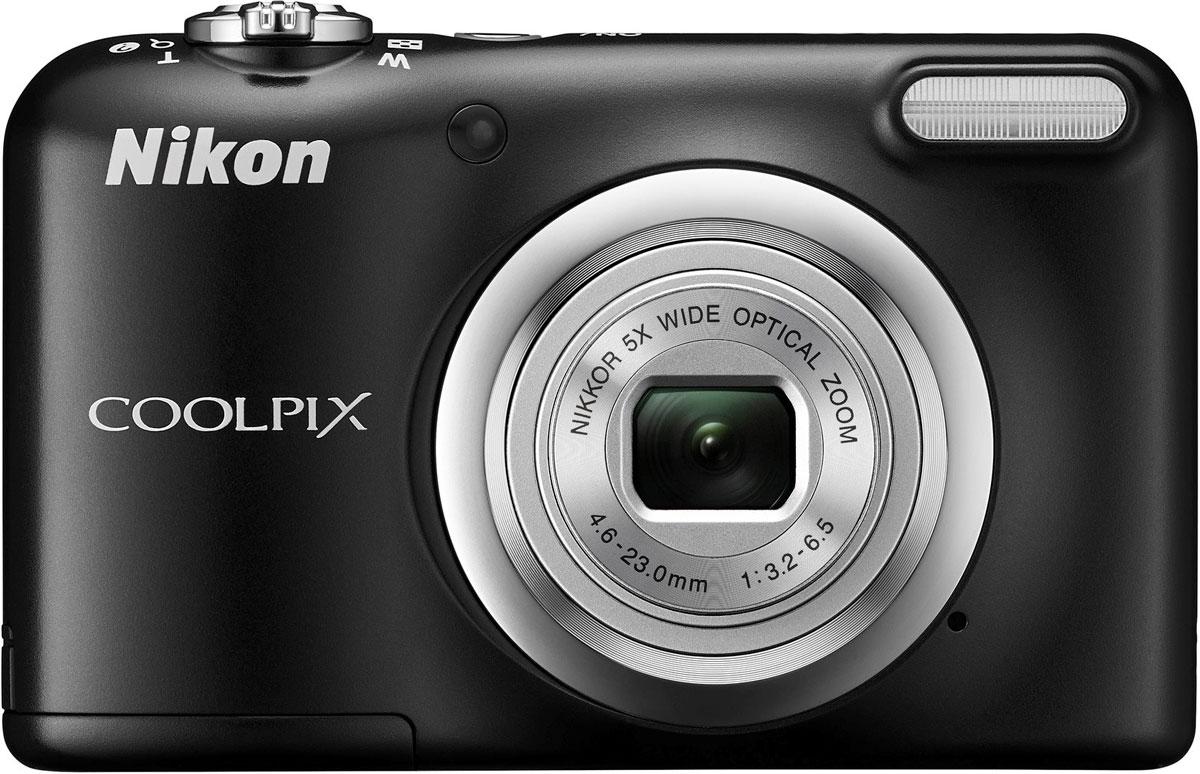 Nikon CoolPix A10, Black цифровая фотокамераVNA981E1Фотокамера Nikon CoolPix A10 с удобной рукояткой и понятным расположением кнопок была создана с акцентом на простоту. Объектив NIKKOR с 5-кратным оптическим зумом позволяет как запечатлевать интересные выражения лиц, так и создавать групповые снимки, на которых поместятся все присутствующие. Простота в использовании и 16,1 эффективных мегапикселей: Сочетание простоты в использовании и мощной 16-мегапиксельной матрицы гарантируют получение великолепных изображений с высоким разрешением и удовольствие от процесса съемки. Удобная рукоятка и понятное расположение кнопок: Удобная рукоятка обеспечивает устойчивость фотокамеры и способствует получению четких снимков, а понятное и функциональное расположение кнопок существенно упрощает управление фотокамерой. Объектив NIKKOR с 5-кратным оптическим зумом: Универсальный широкоугольный объектив NIKKOR с 5-кратным оптическим зумом (26-130 мм в эквиваленте формата 35 мм) позволяет не...