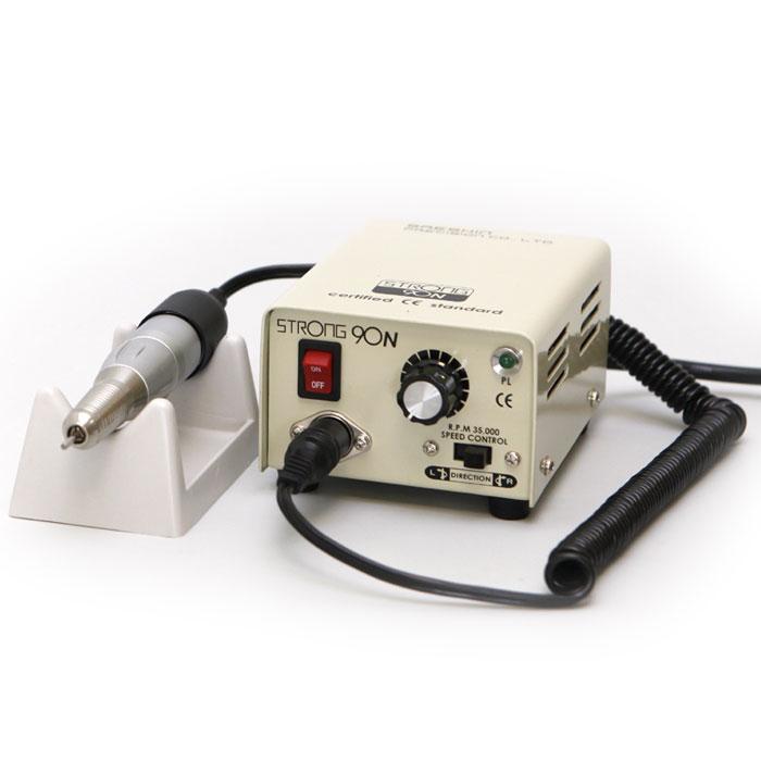 Saeshin Strong 90N/120 аппарат для маникюра и педикюра (без педали с сумкой 30000 об/мин)771Saeshin Strong 90N/120 - компактный аппарат для маникюра, педикюра и наращивания ногтей. Мощность микромотора составляет 64 Ватта, скорость вращения насадки - до 30000 оборотов в минуту. Лучшие материалы, использованные, при изготовлении служат долгое время и способствуют качественной работе аппарата при высоких нагрузках. В комплект поставки входит педаль вкл/выкл. Смена инструмента занимает не более 3 секунд. Специальный механизм надежно фиксирует фрезу в наконечнике, не допуская ее проворачивания во время работы. На корпусе аппарата расположен пенал для фрез. Самые востребованные инструменты расположены рядом с мастером. Каждый наконечник Strong имеет специальный воздухозаборник для охлаждения микромотора. Ручка не нагревается, электромотор может работать в несколько смен без остановки. Конструкция микромотора включает 4 подшипника, не допускающих вибрации фрезы при обработке поверхности ногтевой пластины. Обработанная поверхность становится идеально...