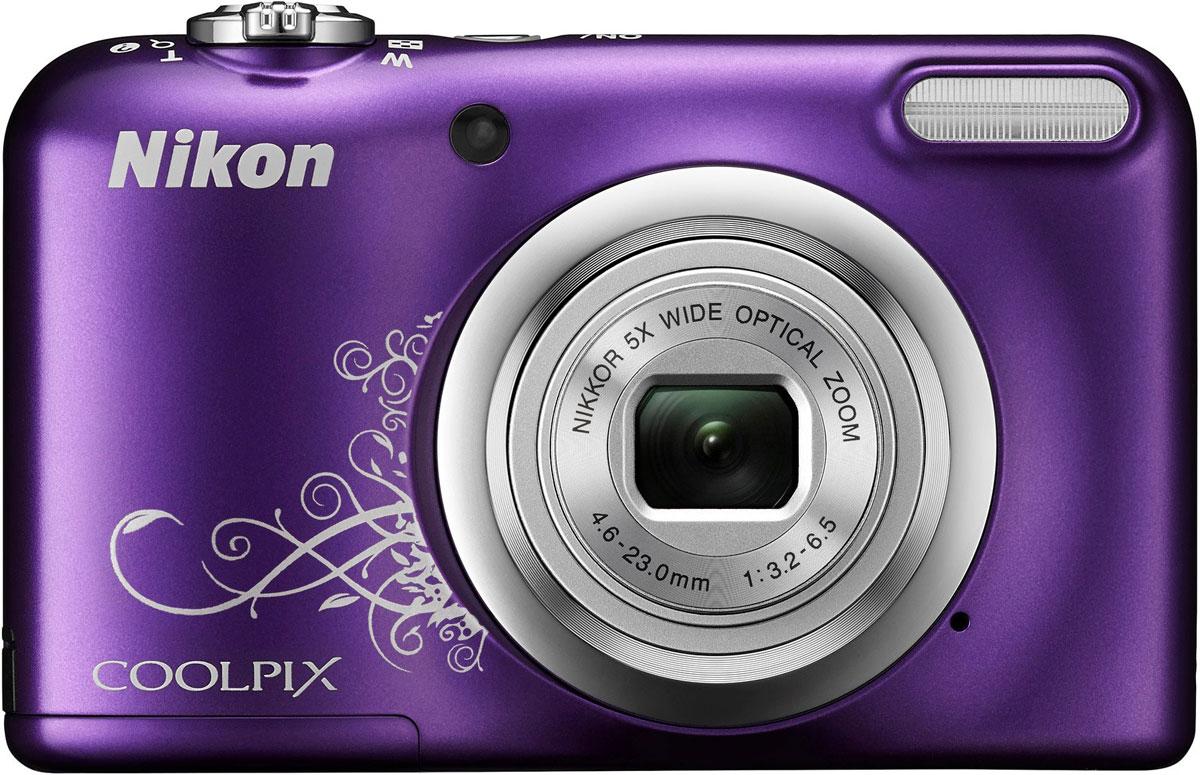 Nikon CoolPix A10, Purple цифровая фотокамераVNA983E1Фотокамера Nikon CoolPix A10 с удобной рукояткой и понятным расположением кнопок была создана с акцентом на простоту. Объектив NIKKOR с 5-кратным оптическим зумом позволяет как запечатлевать интересные выражения лиц, так и создавать групповые снимки, на которых поместятся все присутствующие. Простота в использовании и 16,1 эффективных мегапикселей: Сочетание простоты в использовании и мощной 16-мегапиксельной матрицы гарантируют получение великолепных изображений с высоким разрешением и удовольствие от процесса съемки. Удобная рукоятка и понятное расположение кнопок: Удобная рукоятка обеспечивает устойчивость фотокамеры и способствует получению четких снимков, а понятное и функциональное расположение кнопок существенно упрощает управление фотокамерой. Объектив NIKKOR с 5-кратным оптическим зумом: Универсальный широкоугольный объектив NIKKOR с 5-кратным оптическим зумом (26-130 мм в эквиваленте формата 35 мм) позволяет не...