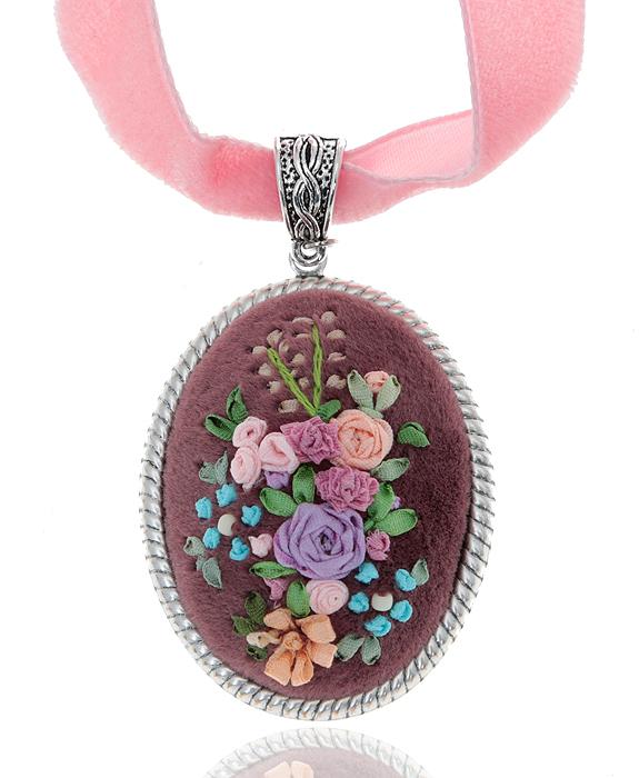 """Дарина Шайденко Кулон """"Фантазия"""" на бархатной ленте, в стиле рококо. Натуральный шелк, бархат, французская вышивка, металл, серебрение"""