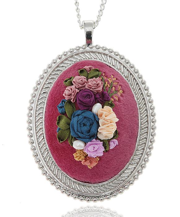 """Дарина Шайденко Кулон на цепочке """"Цветочная фантазия"""" в стиле рококо. Натуральный шелк, бархат, французская вышивка, металл, серебрение"""