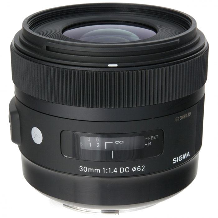 Sigma AF 30mm f/1.4 DC HSM объектив для Nikon301955Одним из важных достоинств Sigma AF 30mm f/1.4 DC HSM является высокая светосила 1,4. Благодаря этому он обеспечивает светлое изображение в видоискателе, а также быструю автофокусировку. Включение в оптическую схему асферических элементов положительно сказалось на уровне сферических искажений, астигматизма и комы. В свою очередь, это позволило получить привлекательный рисунок в зоне нерезкости. В объективе используется задняя фокусировка. Это исключает изменение размеров объектива в зависимости от дистанции фокусировки и вращение переднего элемента, что удобно при использовании поляризующего фильтра. Для уменьшения паразитных засветок и бликов в объективе применено многослойное просветляющее покрытие. Многослойное просветление элементов обеспечивает хороший контраст изображений, а ультразвуковой привод автофокуса HSM, гарантирует высокую точность и хорошую скорость автофокусировки при почти полной бесшумности этого процесса.