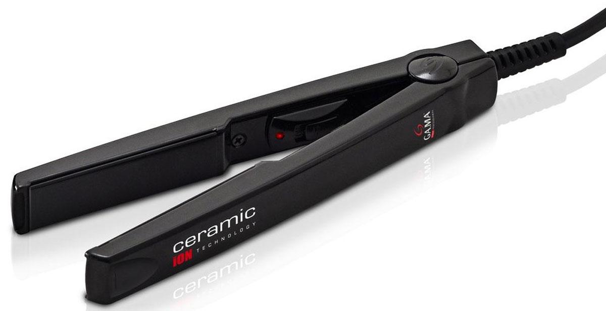 GA.MA CP1 TO.Mini выпрямитель для волосP21.CP1TO.MINIТурмалиновые керамические пластины выпрямителя для волос GA.MA CP1 TO.Mini обеспечивают равномерное выпрямление волос, делая их гладкими и предотвращая спутывание, а также придают волосам здоровый блеск. Скругленные края очень удобны и создают возможность подкручивать волосы во время укладки. GA.MA CP1 TO.Mini порадуют вас малым временем нагрева: они готовы к работе всего через несколько секунд! Компактный размер (всего 15 см) делает этот прибор очень удобным в любой поездке. Постоянная температура нагрева 200°С Термоустойчивый пластиковый корпус Размер пластин 12 х 60 мм Напряжение 110-240 В