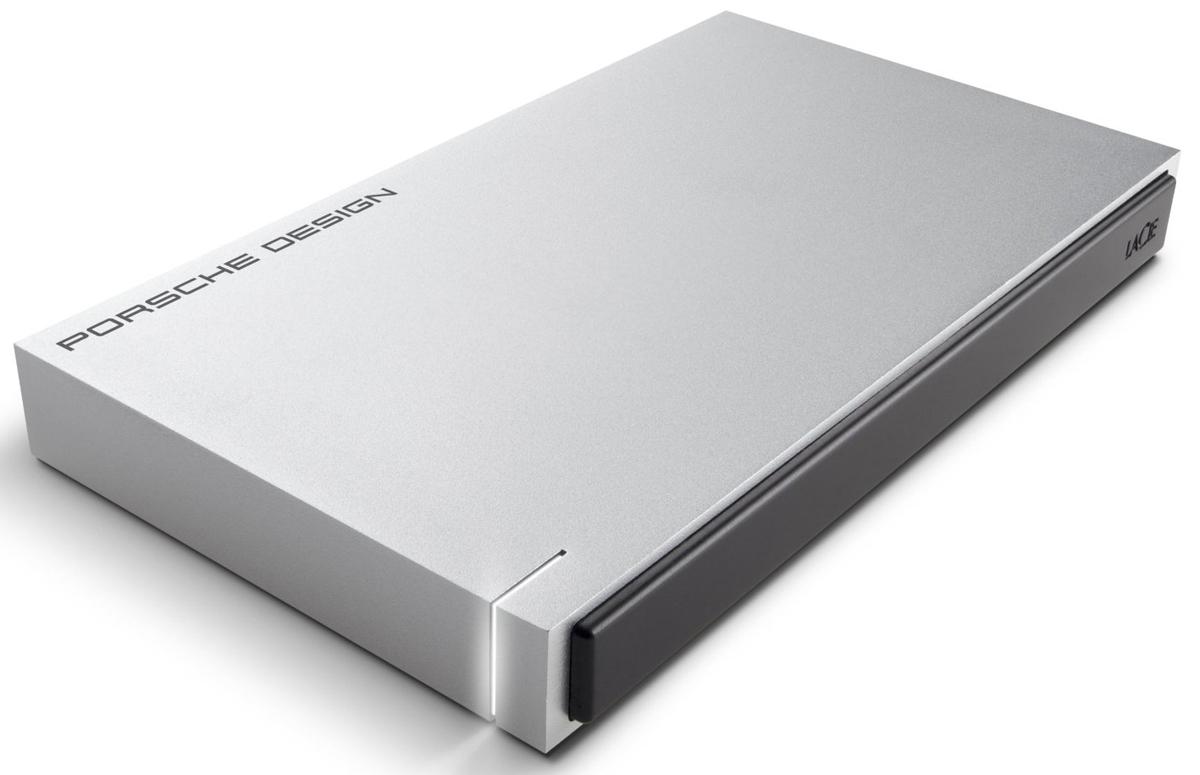 LaCie Porsche Design Mobile Drive 1TB, Light Grey внешний жесткий диск (P9233)LAC9000293LaCie Porsche Design Desktop Drive - представляет собой сверхстильный внешний накопитель для вашего компьютера, оборудованный высокоскоростным интерфейсом USB 3.0. Он заключен в стильный и прочный корпус из алюминия (это способствует хорошему отводу тепла), не только надежно защищающий находящуюся внутри электронику, но и придающий накопителю потрясающий внешний вид. Кстати, дизайн жесткого диска был разработан студией Porsche Design. Совместимые ОС: Windows 7, Windows 8 и выше / Mac OS X 10.5 и выше