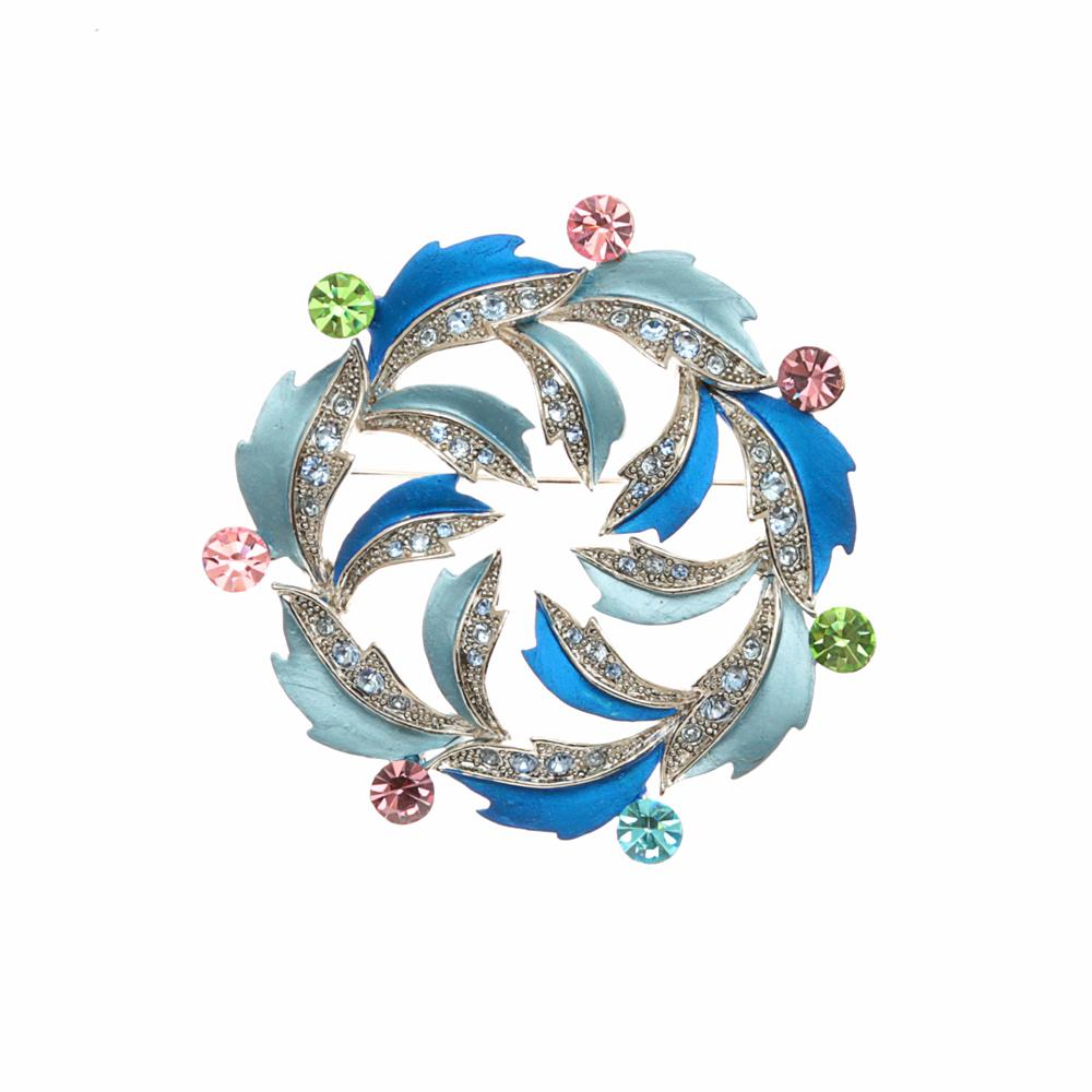 Брошь Фортуна. Бижутерный сплав серебряного тона, кристаллы зеленого, голубого, розового цветов, эмаль. Гонконг, 2000-е годыКК5_Брошь Фортуна. Бижутерный сплав серебряного тона, кристаллы зеленого, голубого, розового цветов, эмаль. Гонконг, 2000-е годы. Диаметр 5,5 см. Сохранность отличная. Изделие новое.