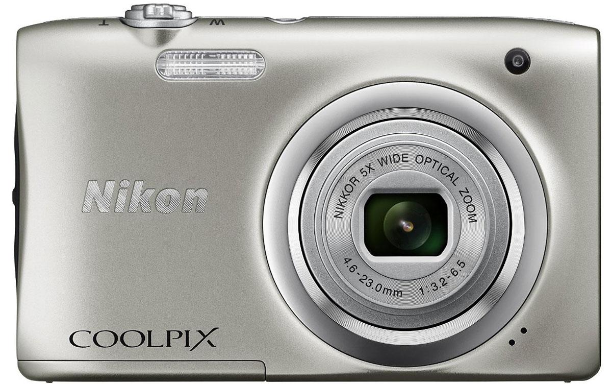 Nikon CoolPix A100, Silver цифровая фотокамераVNA970E1Ваши снимки будут незабываемыми благодаря 20,1-мегапиксельной ПЗС-матрице Nikon CoolPix A100, а объектив NIKKOR с 5-кратным оптическим зумом (расширяемый до 10-кратного с помощью функции Dynamic Fine Zoom) поможет создавать великолепные портреты друзей и родных крупным планом. Выбирайте специальные эффекты в процессе съемки или примените быстрые эффекты к полученным изображениям, чтобы создать оригинальные фотографии прямо на фотокамере. Стильная, компактная и простая в использовании: Эта стильная фотокамера настолько компактна и легка (ее вес - всего 119 г вместе с батареей и картой памяти SD), что она практически неощутима в сумке или кармане, и поэтому ее можно носить с собой повсюду. Кроме того, она проста в использовании, поэтому вы всегда будете готовы запечатлеть нужный момент. Объектив NIKKOR с 5-кратным оптическим зумом: Благодаря объективу NIKKOR с 5-кратным оптическим зумом (26-130 мм в эквиваленте формата 35 мм), который ...
