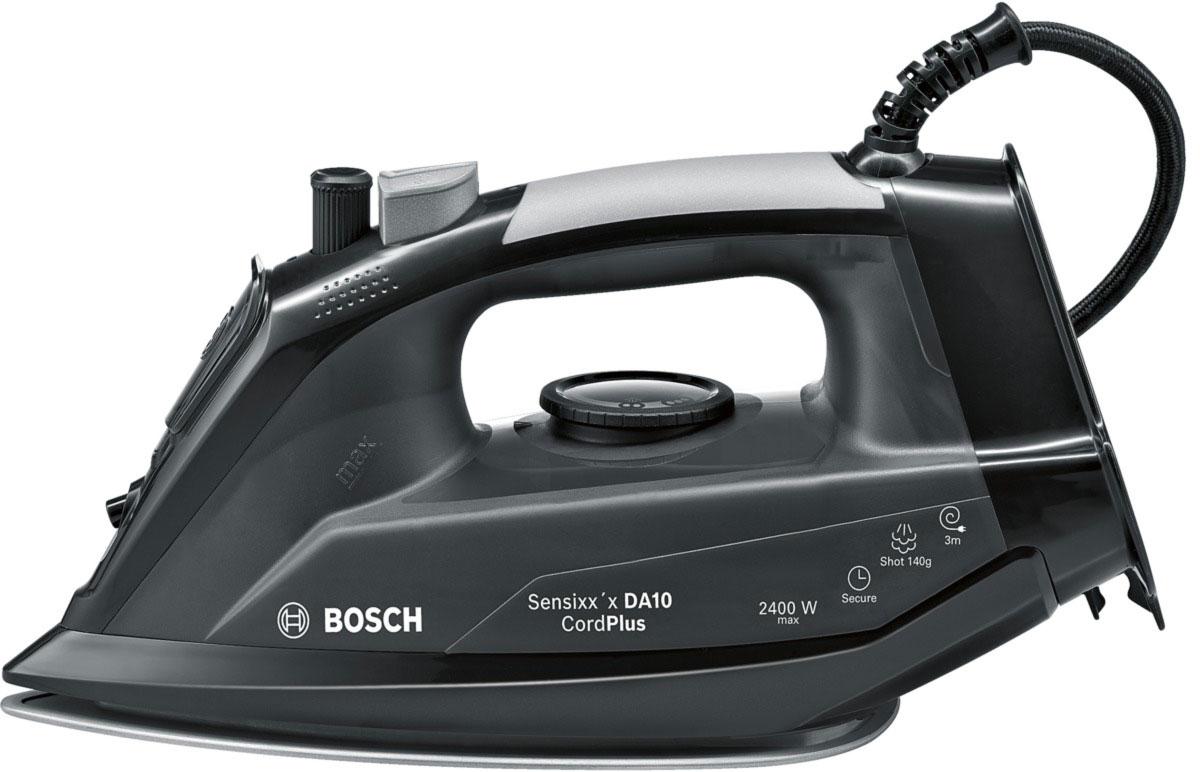 Bosch TDA 102411C, Black утюгTDA 102411CУтюг Bosch TDA 102411C оснащен нескользящей ручкой с резиновой накладкой и удобным расположением кнопок. Керамическая подошва PalladiumGlissee способствует быстрому нагреву и отличному скольжению. Мощность Bosch TDA TDA 102411C достигает 2400 Вт, что позволяет качественно гладить даже тяжелые и сложные ткани, а заостренный носик поможет разгладить складки между пуговицами и швами. Предусматривается вместительный резервуар для воды на 300 мл, позволяющий долгое время использовать режим отпаривания. Простой уход за пересушенными вещами гарантируется благодаря функции разбрызгивания, а также паровому удару.